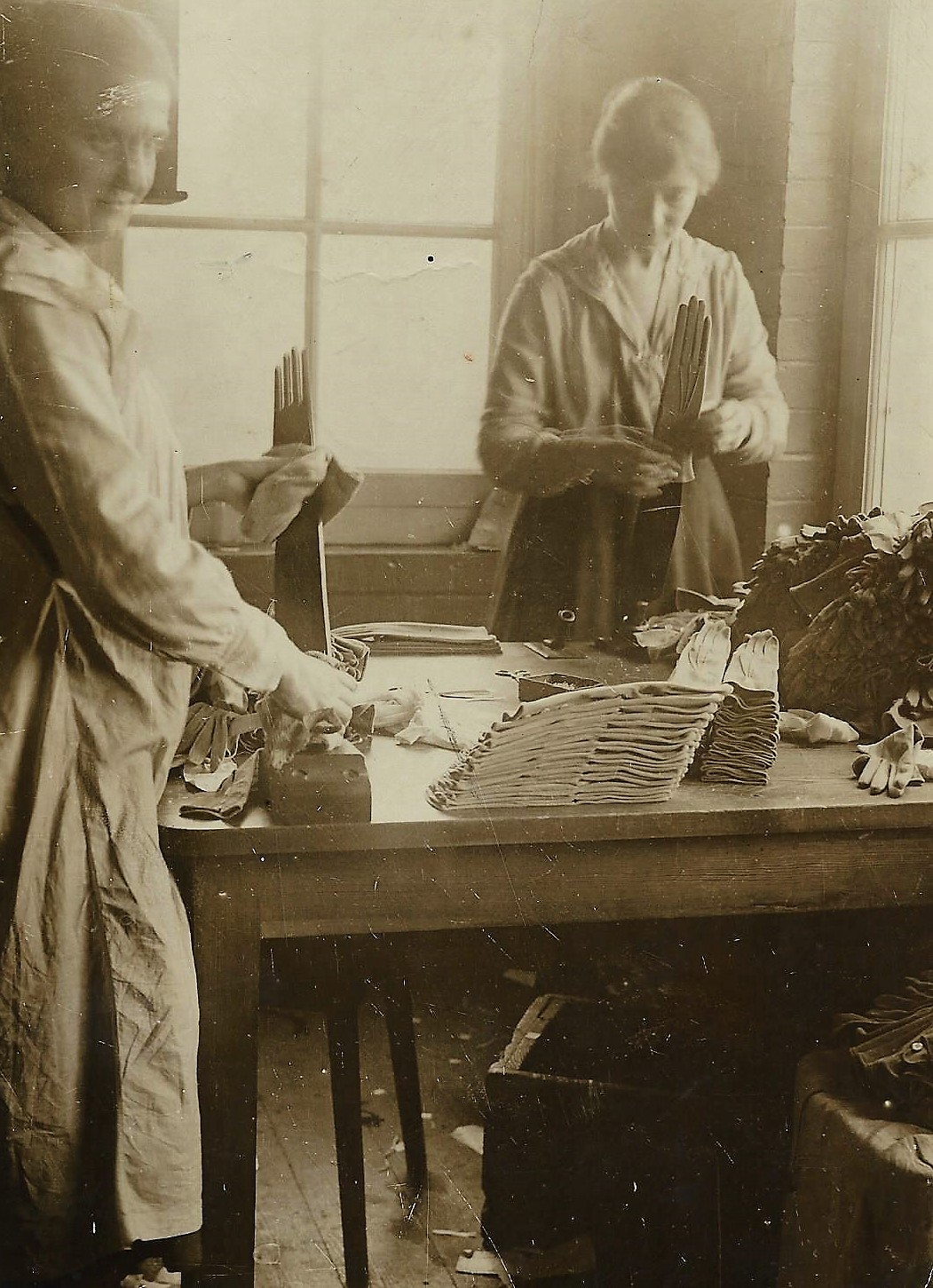 1923 Ironing glove